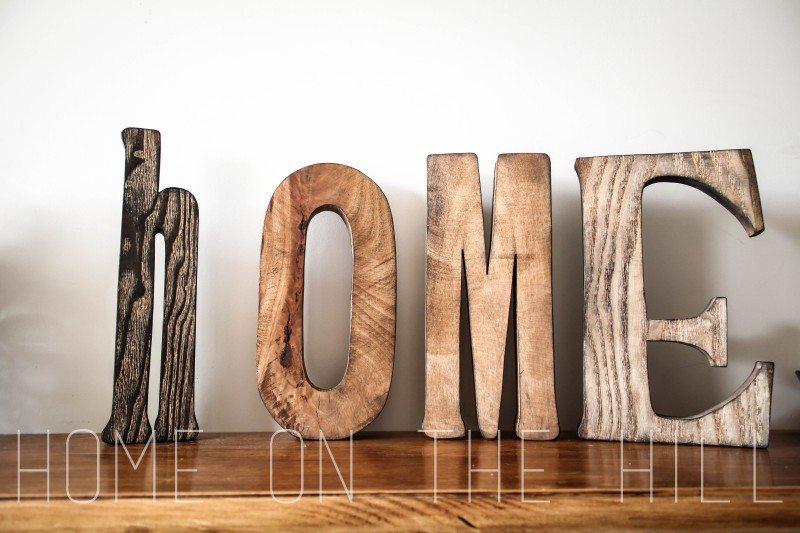 napis home, drewniane litery