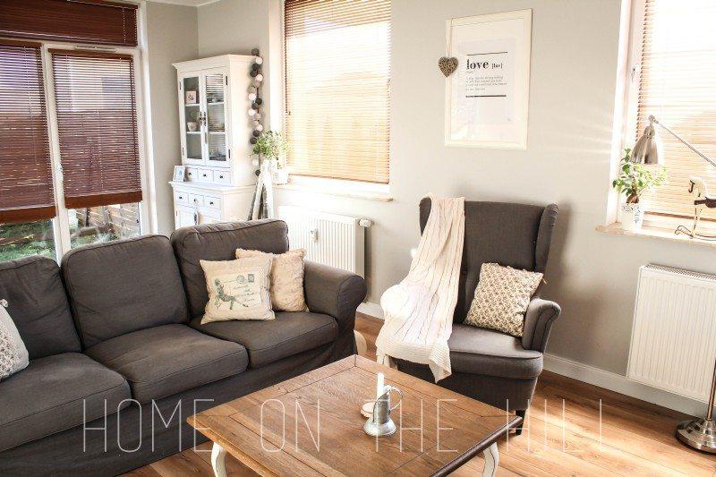 salon w skandynawskim stylu, typograficzny plakat, fotel uszak