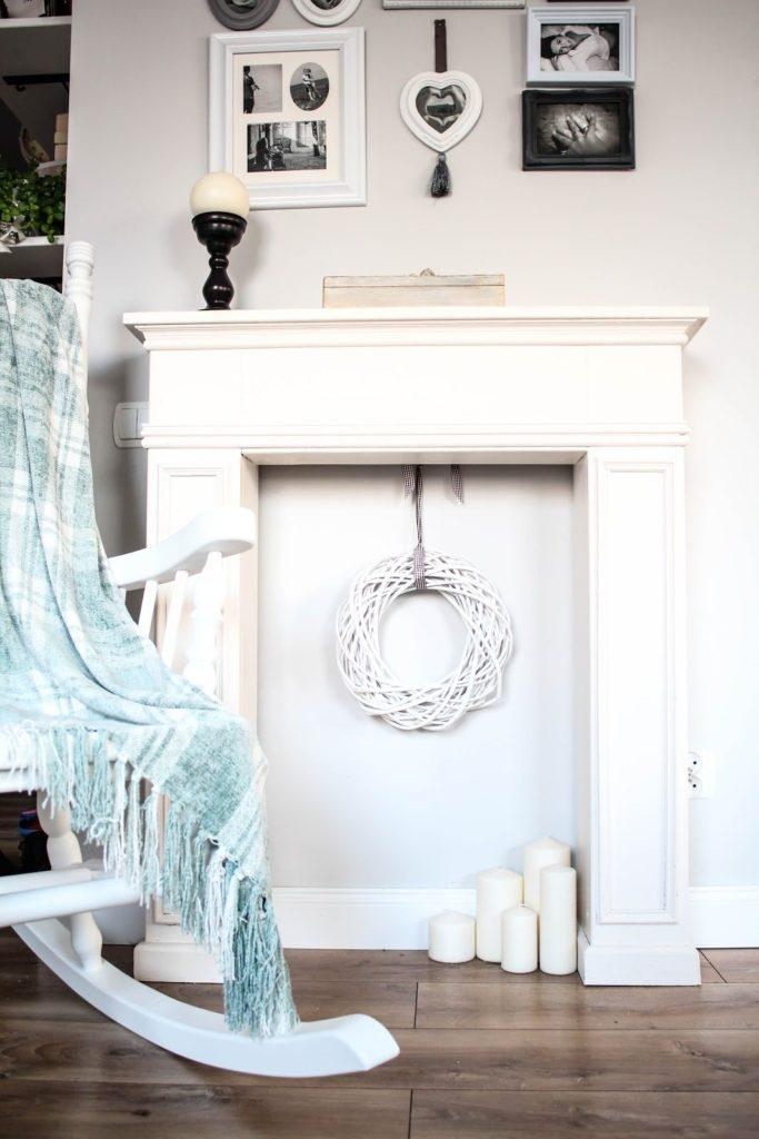 atrapa kominka, własnoręcznie zrobiona atrapa kominkowa, galeria z ramek, bujany fotel
