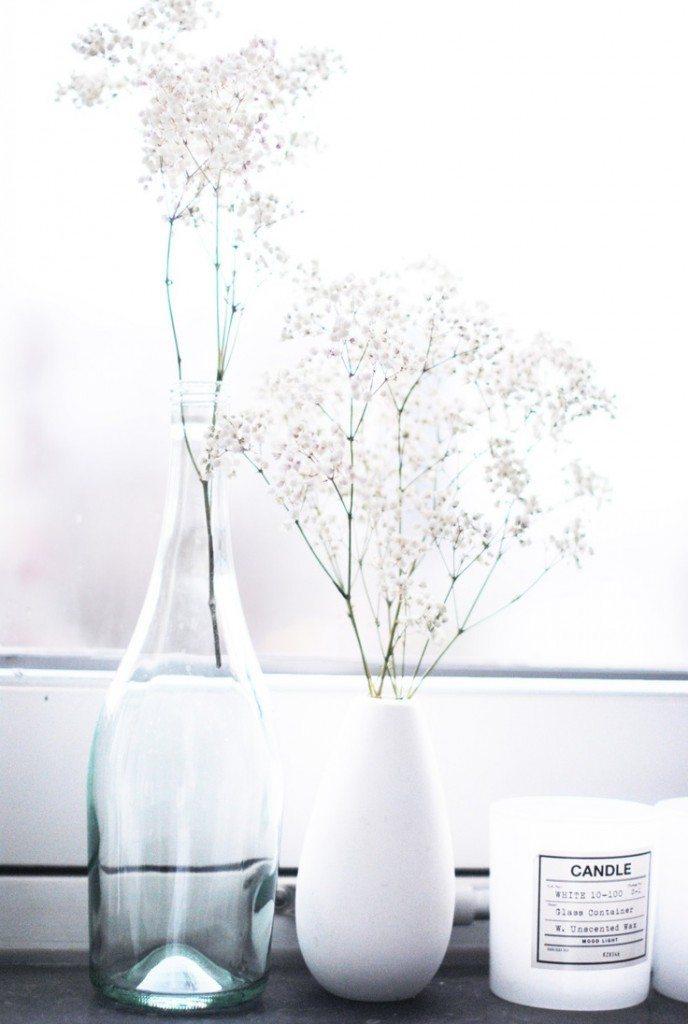 kwiaty w wazonie na parapecie