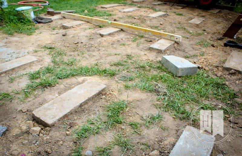 kladzenie bloczków betonowych pod taras
