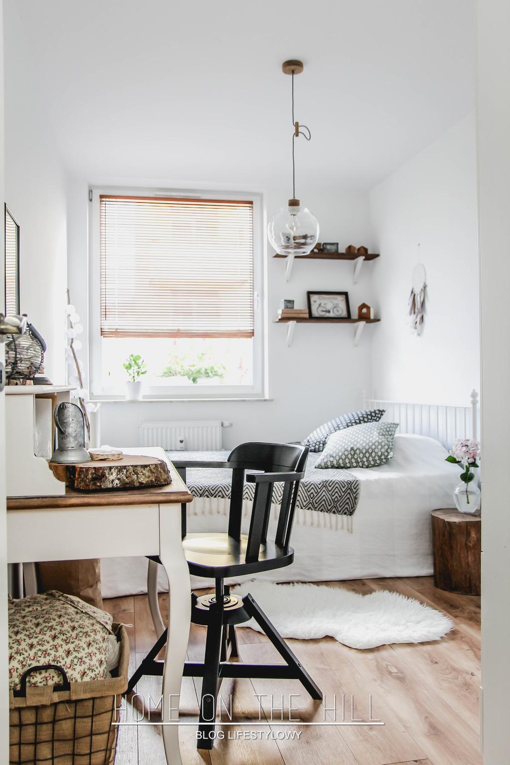 skandynawska sypialnia w bieli