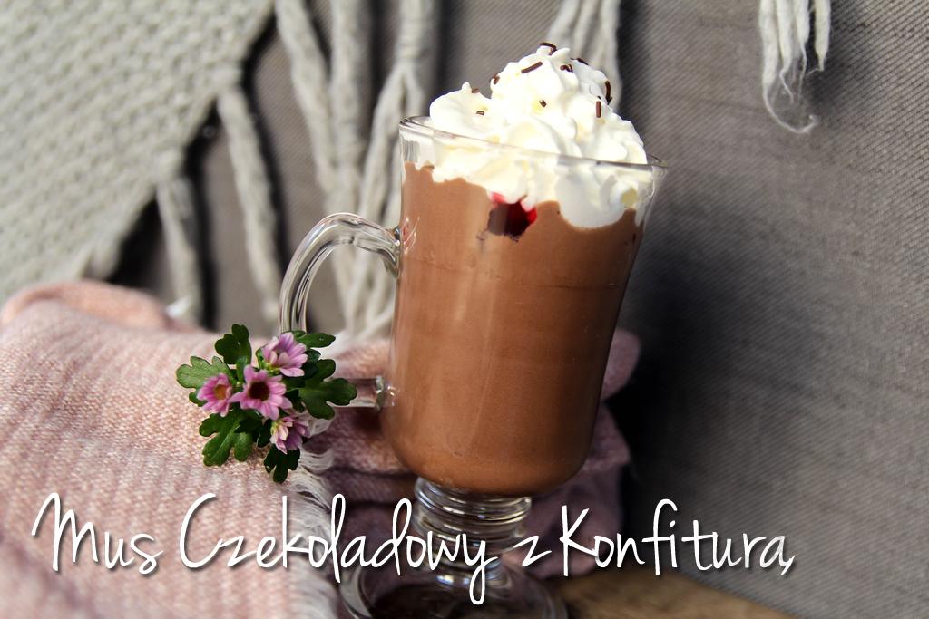 Mus czekoladowy z konfiturą i bitą śmietaną