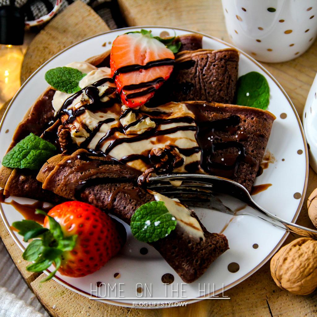 czekoladowe naleśniki z kremem z mascarpone i masła orzechowego