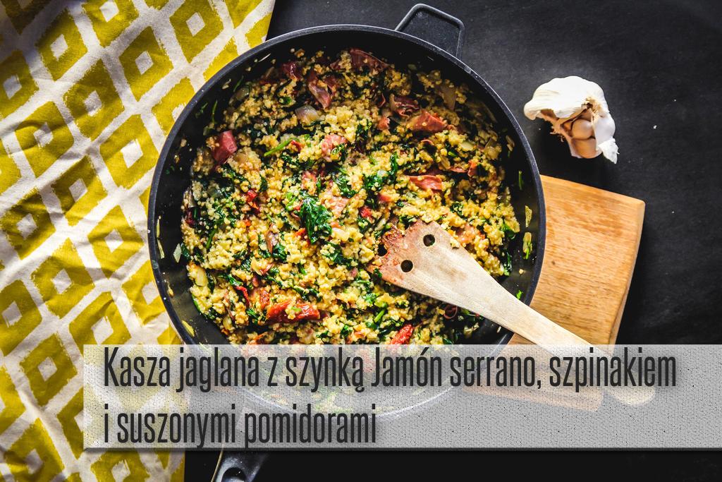 Kasza jaglana z szynką hiszpańską, szpinakiem i suszonymi pomidorami