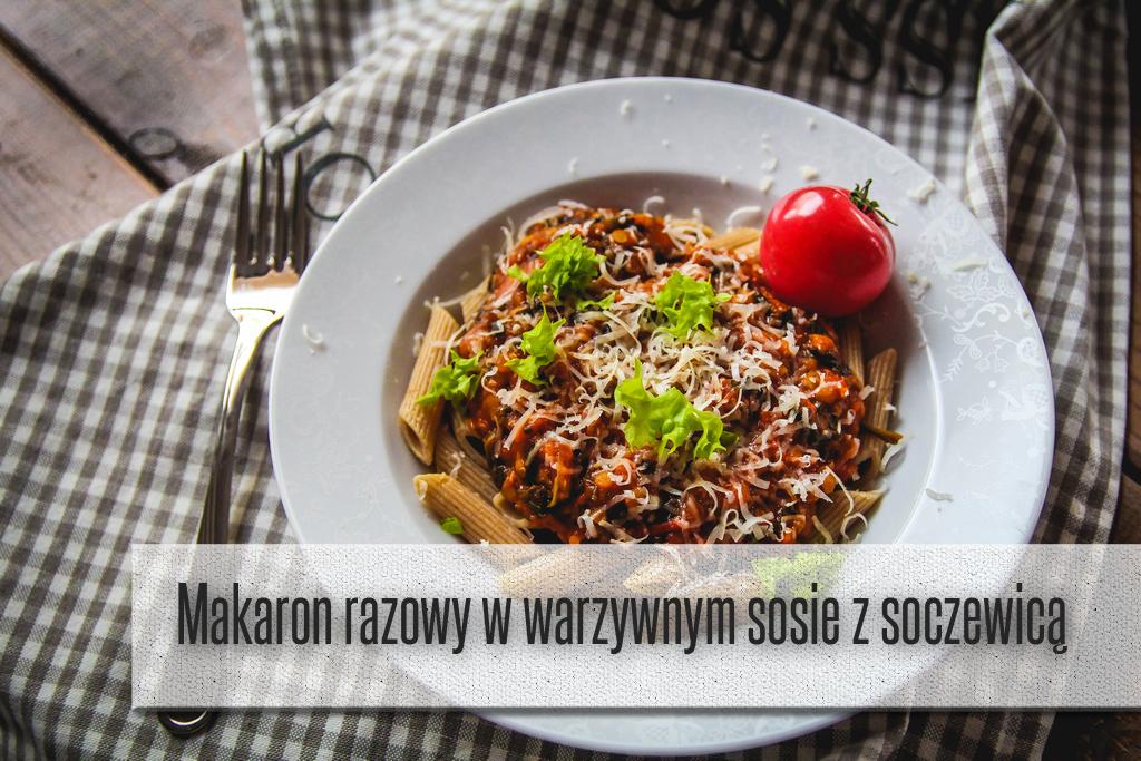 Makaron razowy w sosie warzywnym z soczewicą