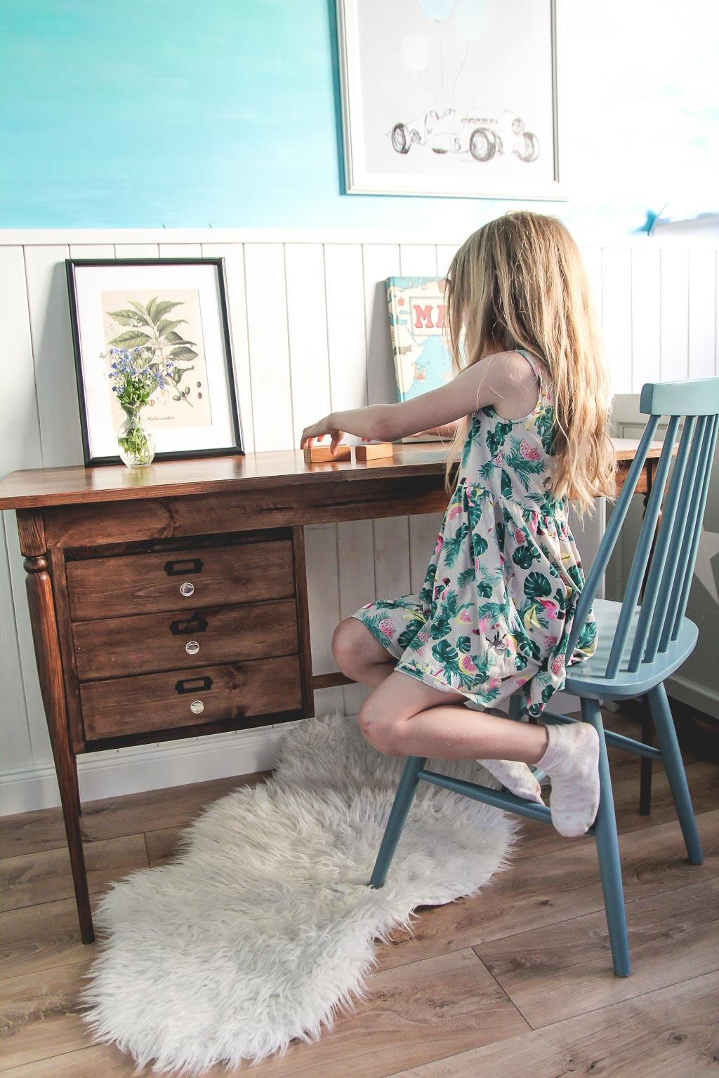 stare biurko w pokoju dziecięcym