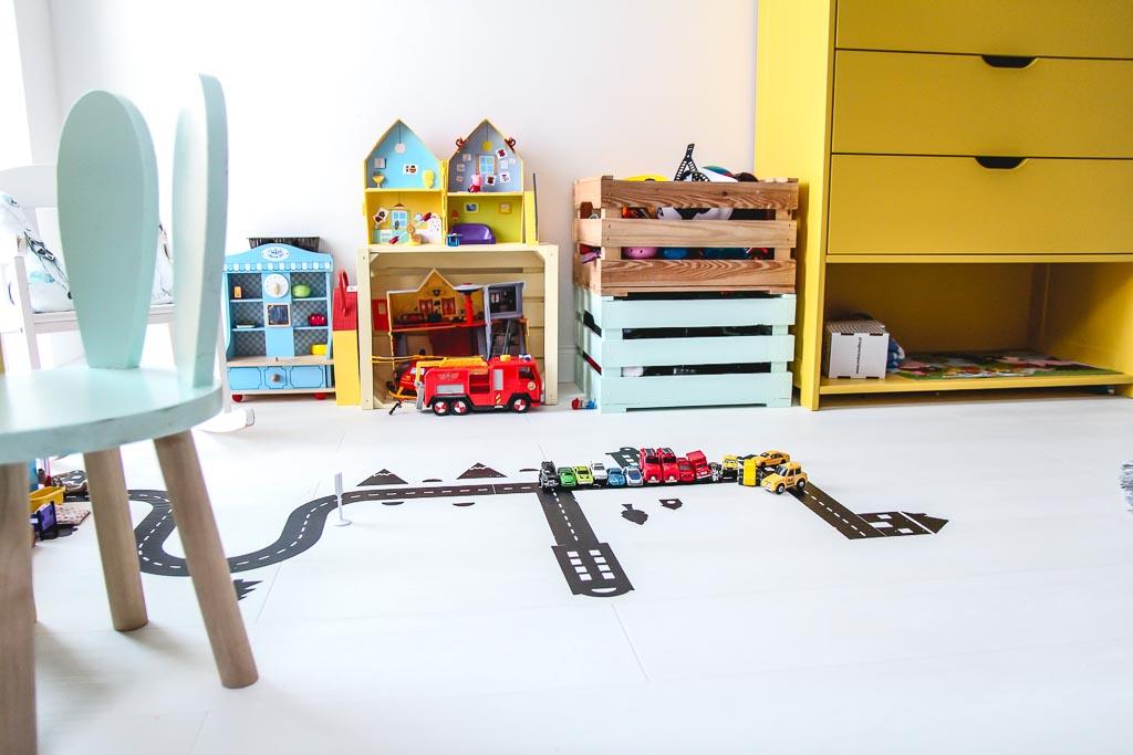 kolorowe skrzynie w pokoju dziecka
