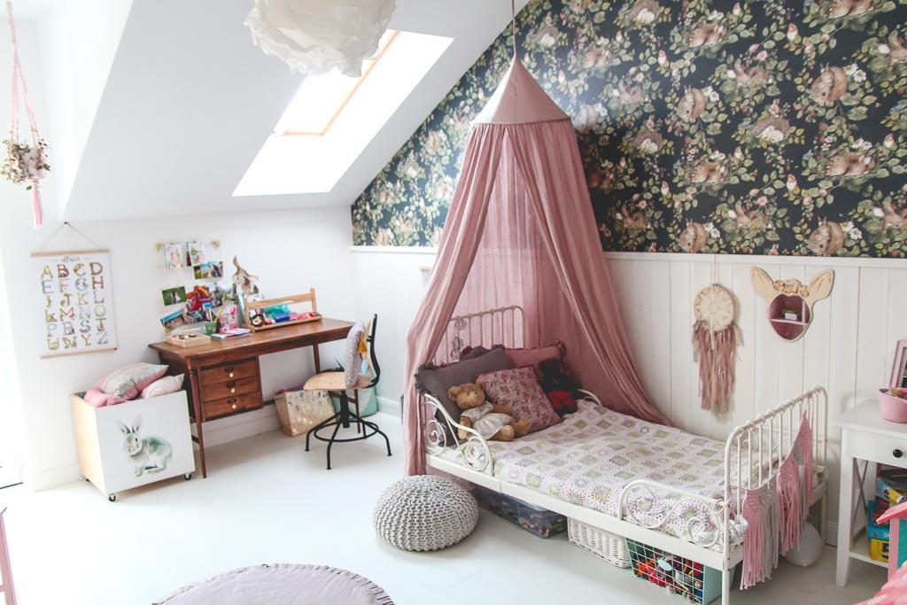 biała podłoga w pokoju dziecięcym