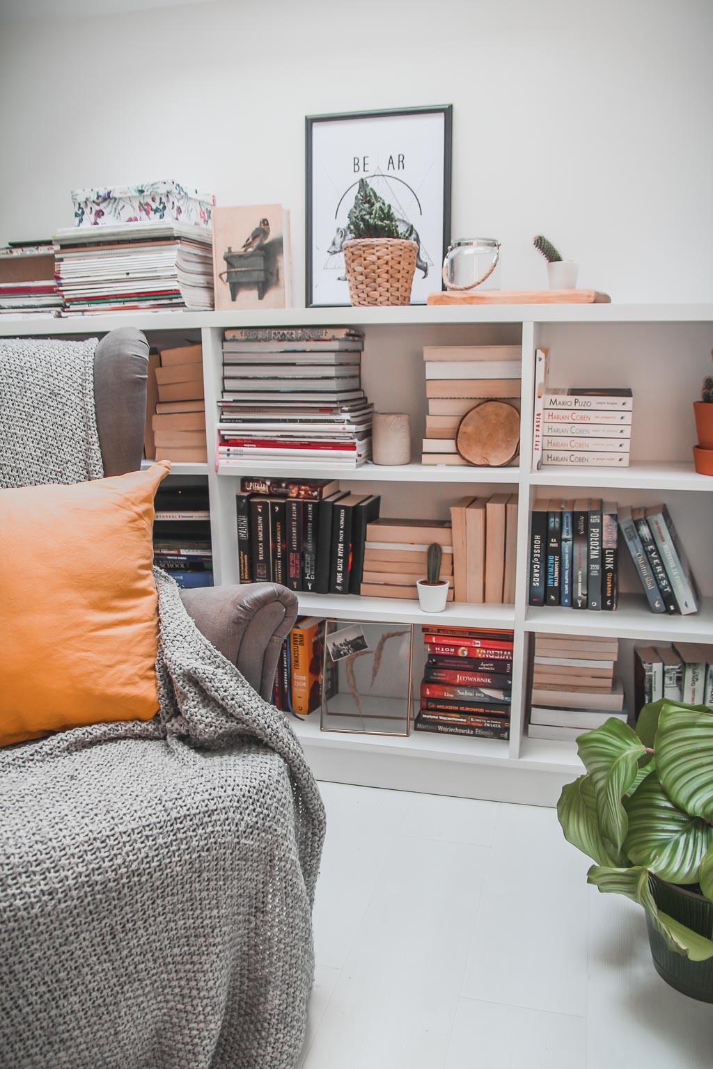 jak układać książki na półkach