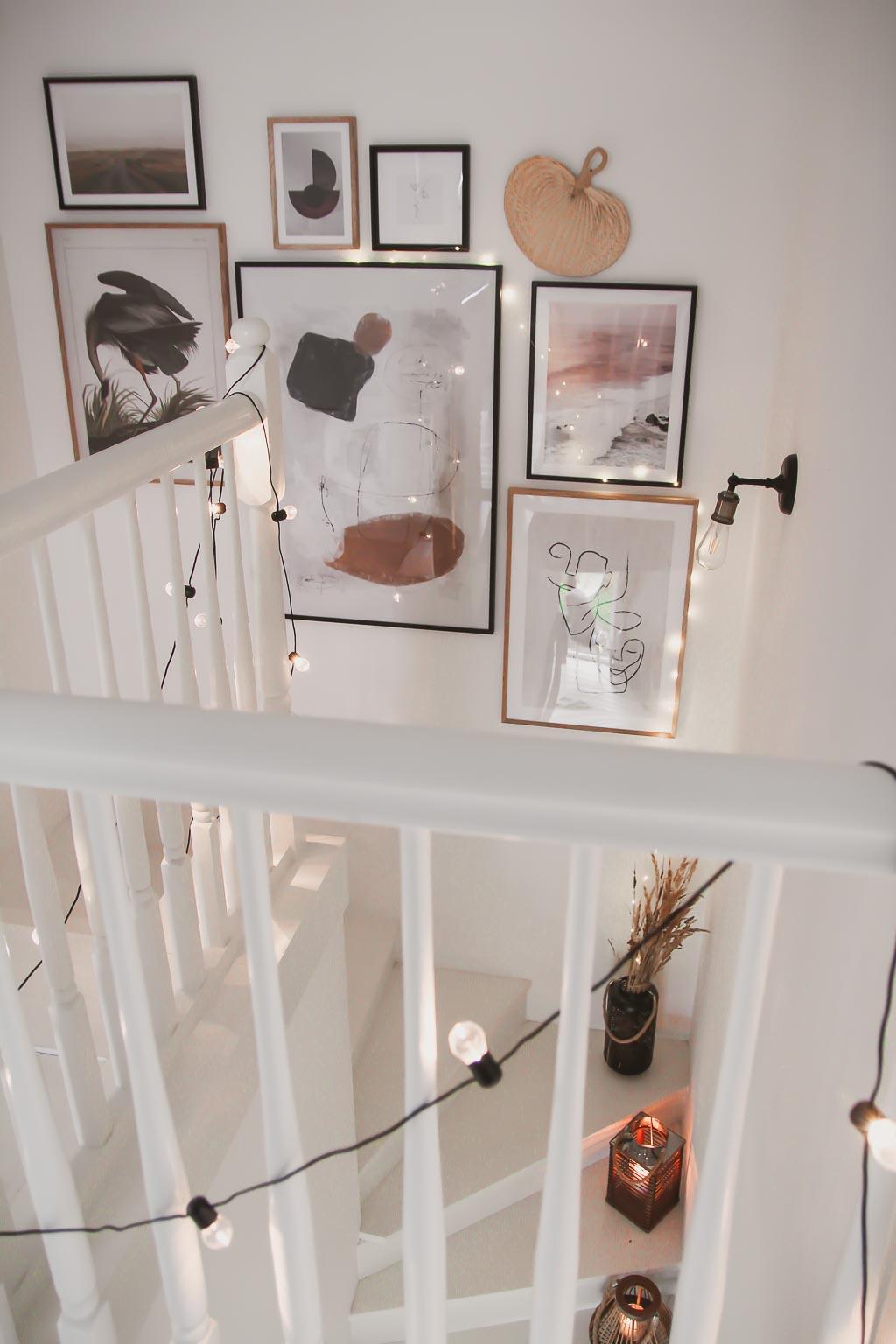 Galeria ścienna na klatce schodowej