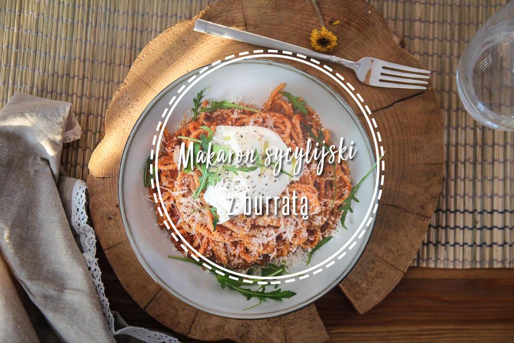 Ekspresowy makaron w stylu sycylijskim z burratą.