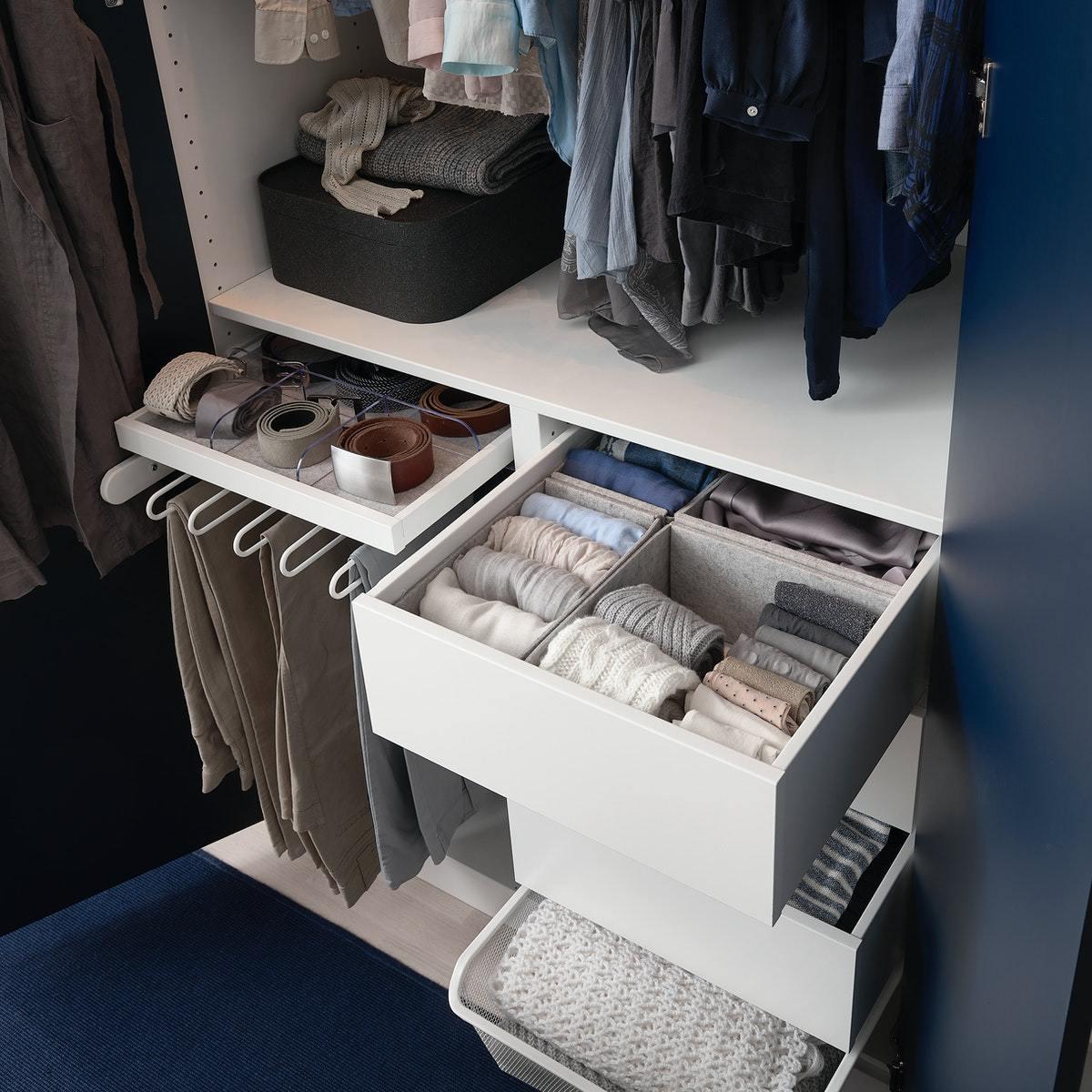 jak układać ubrania w szafie
