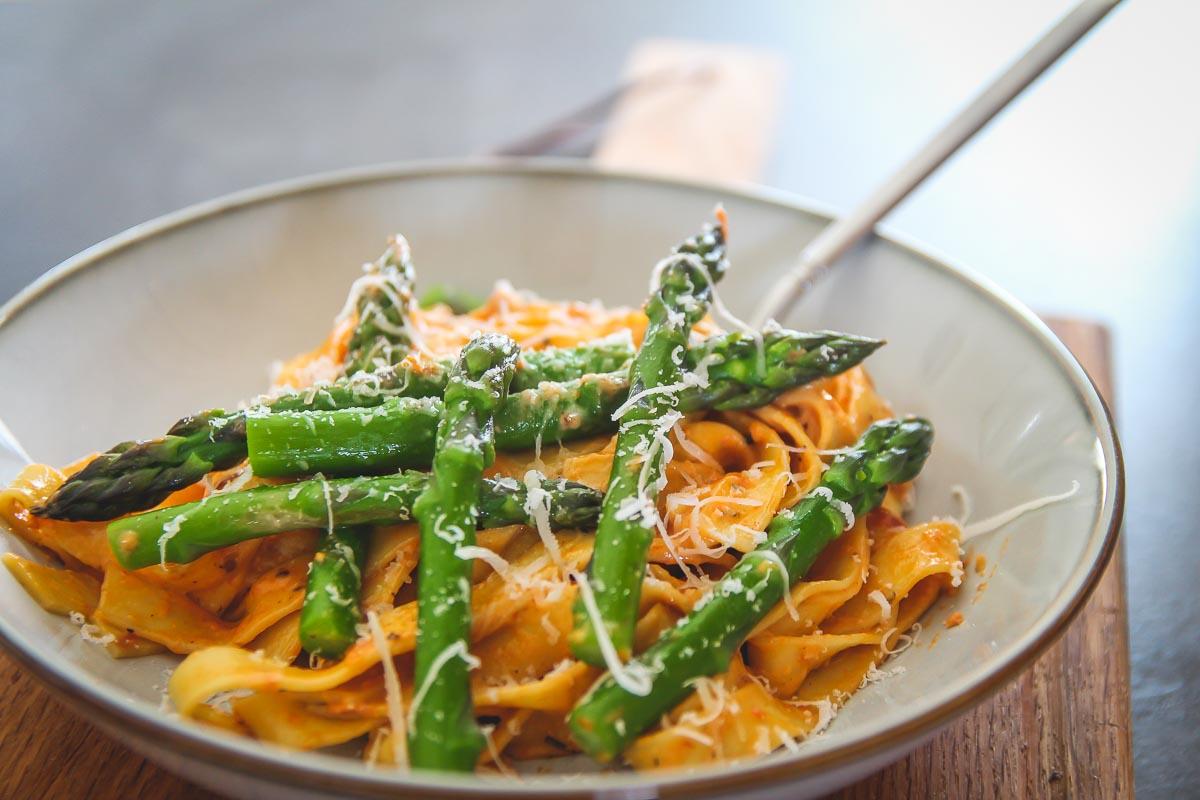 makaron ze szparagami w sosie z suszonych pomidorów